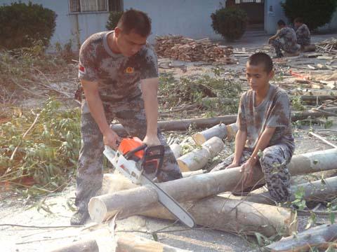 校长(左)与学生正在劳动